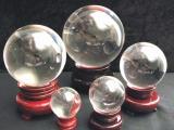 Boule de cristal sur socle en bois 10cm