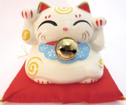 Chat porte bonheur blanc avec cloche & coussin tirelire 9cm