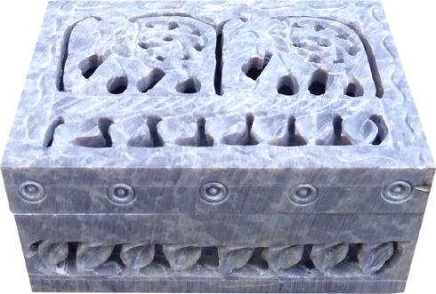 Boite en pierre ciselée motifs 10cm